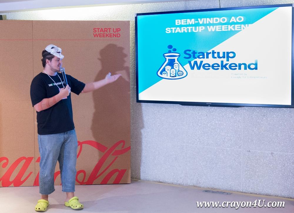 Bernard De Luna com a máscara da personagem Jason apresenta o Startup Weekend